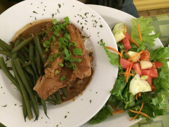 Cowansville, Canadá: peanut chicken & chicken caesar salad