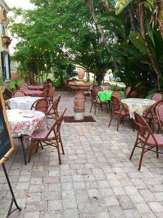 Brew Babies Garden Bistro: At night the light create a very romantic setting