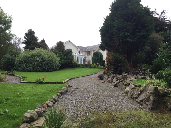 Ballymacarbry, İrlanda: The lovely gardens of Cottage near the river