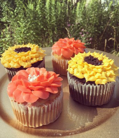 Lancaster, NY: Flower Cupcakes