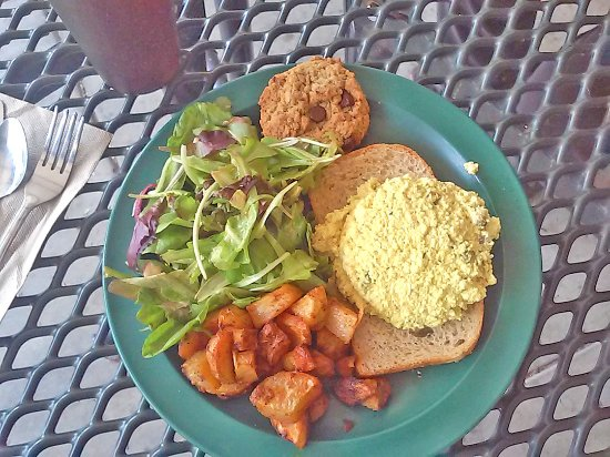 "Swannanoa, นอร์ทแคโรไลนา: eggless ""egg salad"", fried potaoes, salad and a cookie"