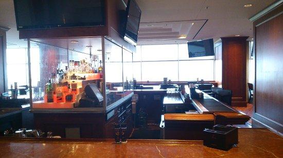 Renaissance Concourse Atlanta Airport Hotel: Always a good vibe at the bar