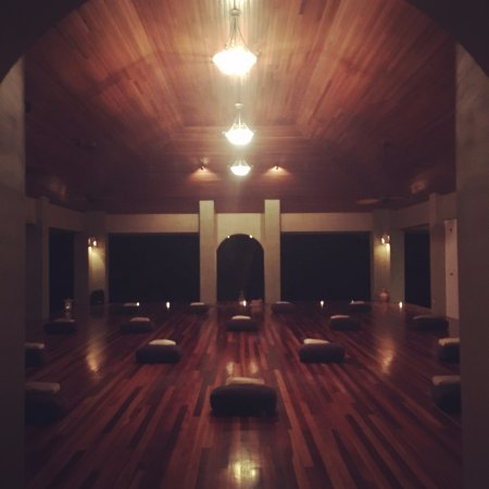 Pavones, Costa Rica: The main yoga pavilion has all-around ocean views. Show at night prepped for a restorative yoga