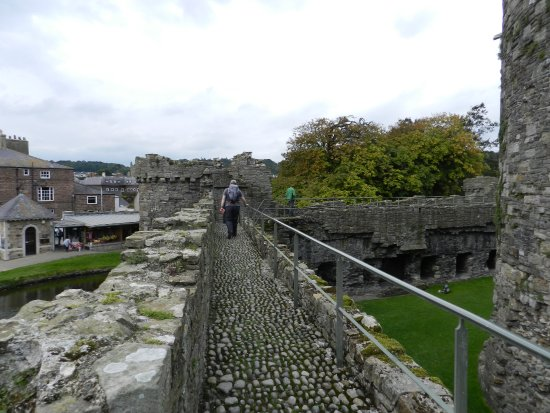 Beaumaris, UK: Wall walk
