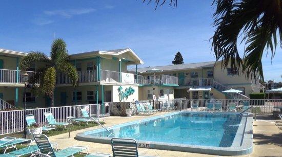 St Pete Beach Suites: Het zwembad aan de voorzijde, aan de achterkant ligt er nog een.