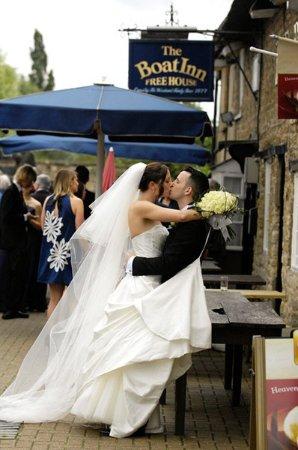 Stoke Bruerne, UK: Wedding Couple - Canalside
