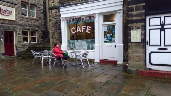 Holmfirth, UK: Sid's Cafe looks very much as it did in the Last of the Summer Wine series.