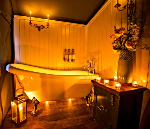Uppingham, UK: Canvas lodge Willow - The bathroom at night!