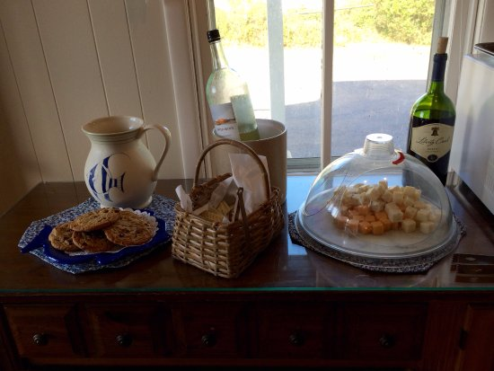 The Barrington Inn: Complementary afternoon wine & cheese