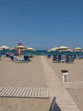 Santa Marina Beach Hotel: Accès à la plage