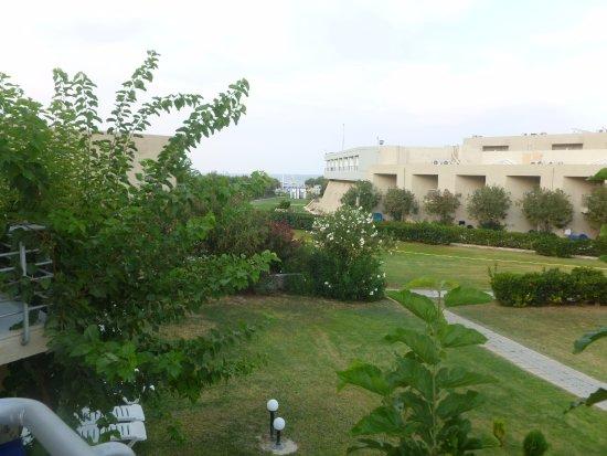 Santa Marina Beach Hotel: De notre chambre il faut deviner au loin la mer