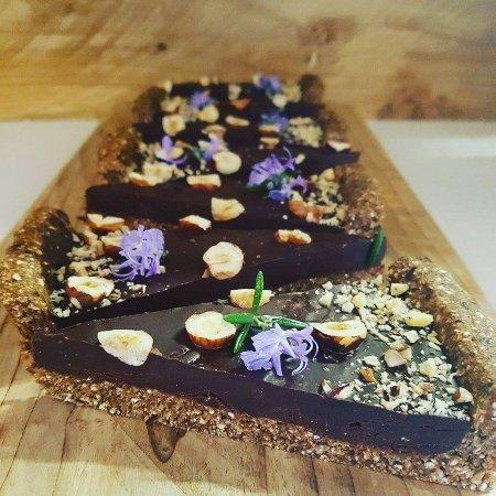 Cambridge, Nieuw-Zeeland: Raw Chocolate and Rosemary Tart with Hazelnuts