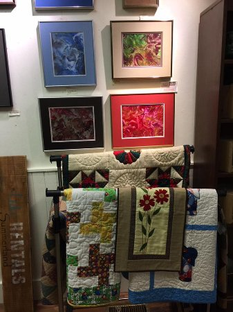 Summerland, Canadá: Variety of artwork and quilts available.