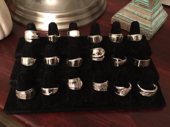 Summerland, Kanada: Spoon Rings and jewelry by Grandma's Silverwearables.