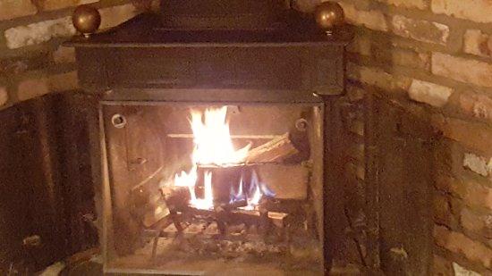 Nisswa, Μινεσότα: Our warm cozy fireplace