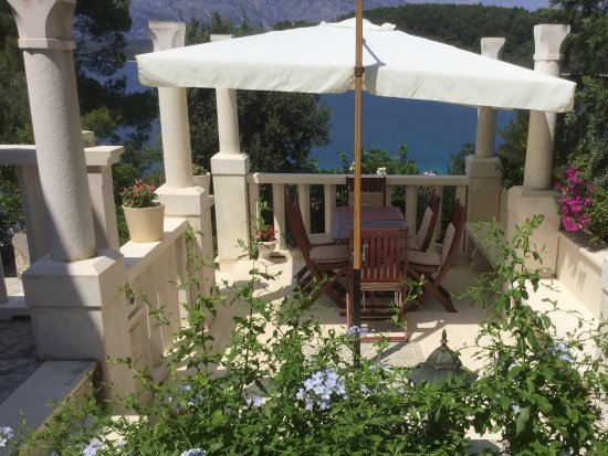 Lumbarda, Croatia: Dining on one of the terraces overlooking the sea and the mountains