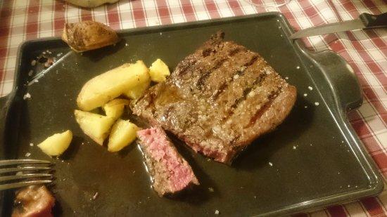 Colbordolo, Italy: Entrecote al sale e rosmarino con patate al forno