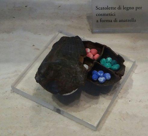 Palestrina (RM): Museo Archeologico (Palazzo Barberini): scatoletta lignea per cosmetici.