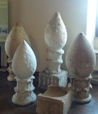 """Palestrina (RM): Museo Archeologico (Palazzo Barberini): segnacoli """"a pigna"""" della necropoli."""