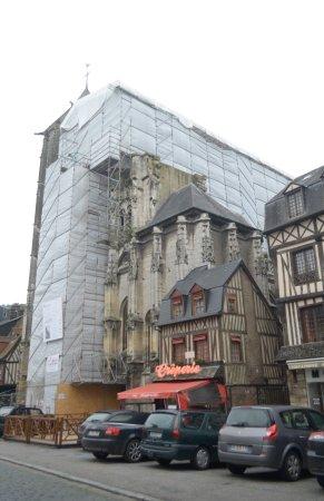 Pont-Audemer, Francia: la chiesa da fuori