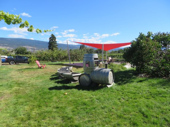 Summerland, Canada: Little train from old wine barrels