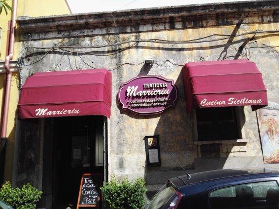 Riposto, Italia: Street view of restaurant