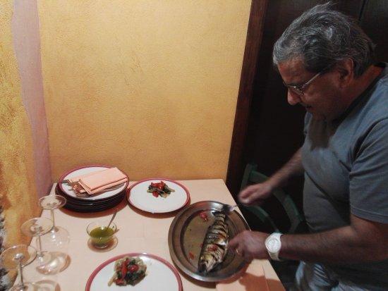 Riposto, İtalya: Owner (Enzo) tableside deboning