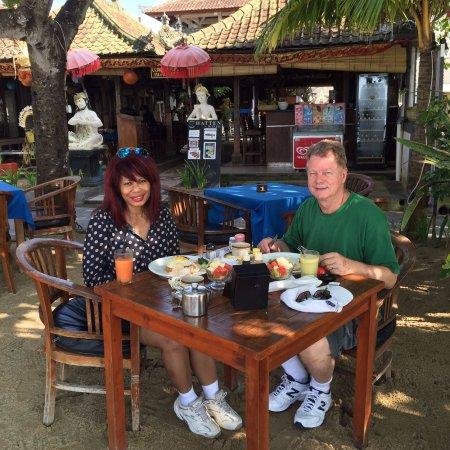 Cemara beach  Bar & Restaurant: Relaxing breakfast after our morning walk
