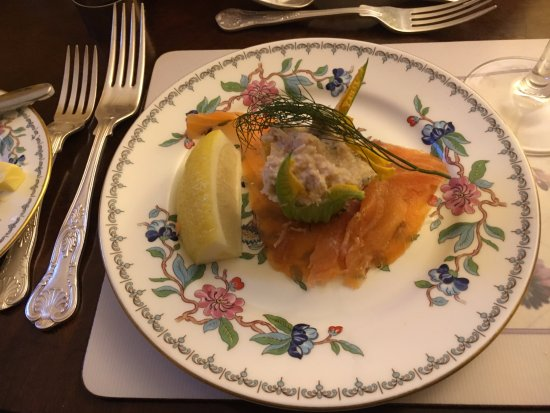 Dungarvan, Irlandia: Crab Salad in Blossom on Smoked Salmon