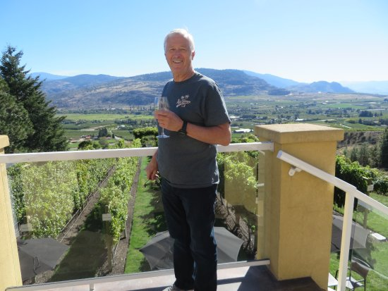 Oliver, Canada: Over looking the tasting grapes