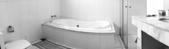 Pousada Ramalhete: Banheiras de hidro em amplos banheiros