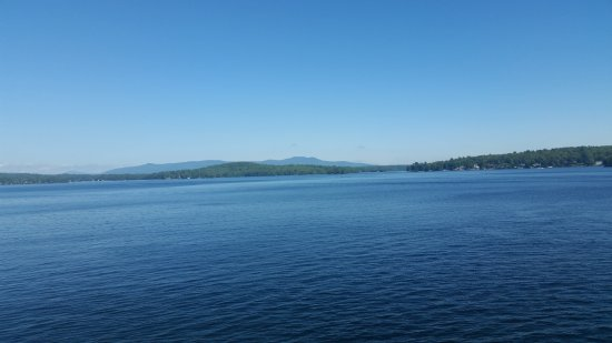 Weirs Beach, นิวแฮมป์เชียร์: Lake Winnipesaukee with the mountains providing a scenic backdrop