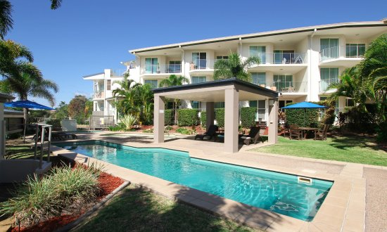 Caloundra Central Apartment Hotel: Courtyard with BBQ area and swimming pools