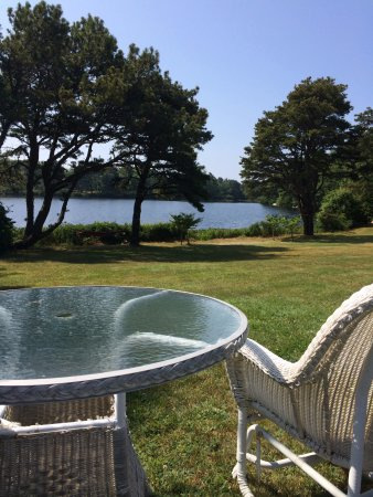 Stonehouse Manor at Popham Beach B&B: Enjoy your morning coffee down by the lake