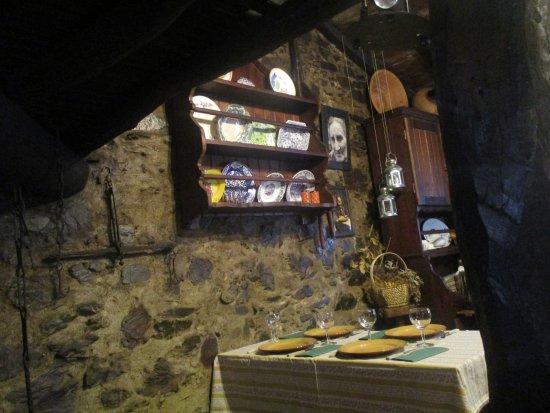 Lousa, Portugal: Restaurante típico Ti Lena - uma das mesas