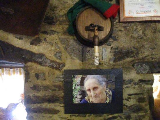 Lousa, Portugal: Restaurante típico Ti Lena- Ti Lena foi a última senhora a sair da aldeia.