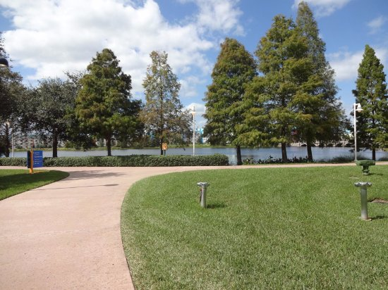 https://media-cdn.tripadvisor.com/media/photo-s/0d/0b/c0/07/walkway-by-the-lake.jpg