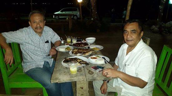 Kuta Beach - Lombok: Makan malam di salah satu kedai depan pantai kuta