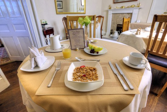 Henwick House : A bit of breakfast elegance with linen tablecloths