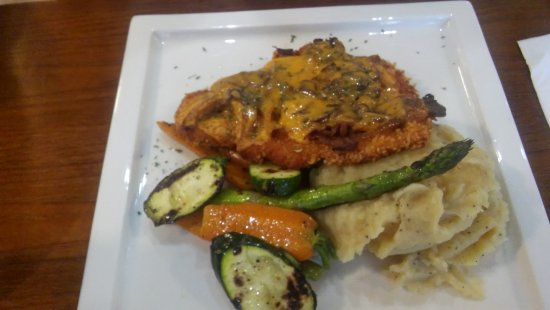 Meaford, Kanada: Chicken Schnitzel smothered with mashed potatoes and roasted vegatables