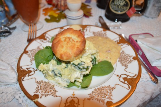 Black Walnut Bed and Breakfast Inn: Scrambled eggs with goat cheese/spinach on a fresh biscuit and pimento grits