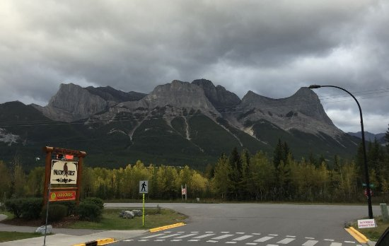 Falcon Crest Lodge: View of the Three Sisters (Faith, Charity, and Hope) peaks from hotel