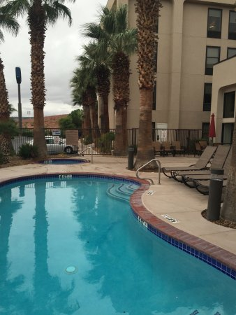 Hampton Inn St. George: Outdoor swimming pool and hot tub
