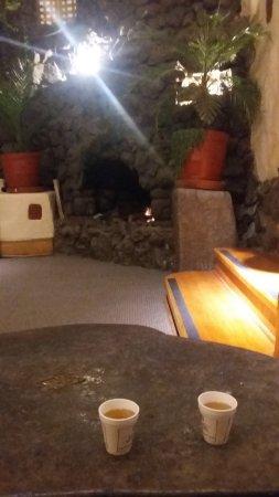 San Agustin International Hotel: Chá de coca à disposição e lareira na área comum