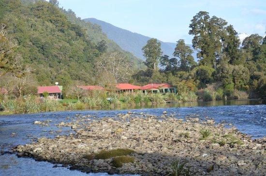 Lake Moeraki, Nuova Zelanda: View of the Lodge from down river
