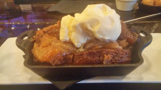 Newhall, Californië: Kay's Peach Cobbler Ala Mode $8.50