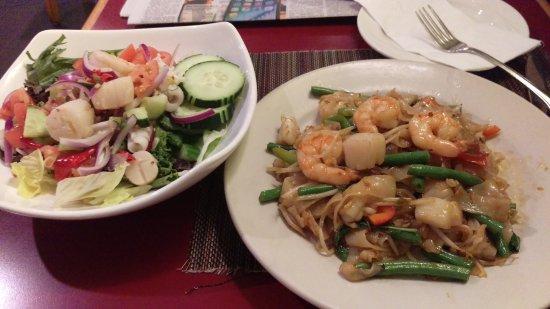 Thai Basil Restaurant: seafood salad and phuket noodle