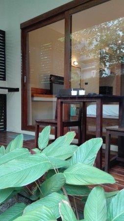 Baan Talay Resort: 房间门口休息区