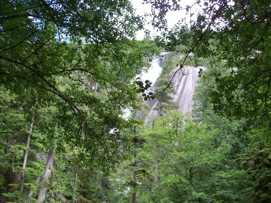 Squamish, Kanada: The falls start to become visible as you walk up the easy path