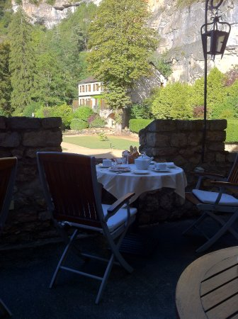 Sainte-Enimie, France: Breakfast on the terrace was very nice.
